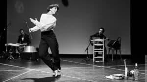 Leonor dansend zwart wit