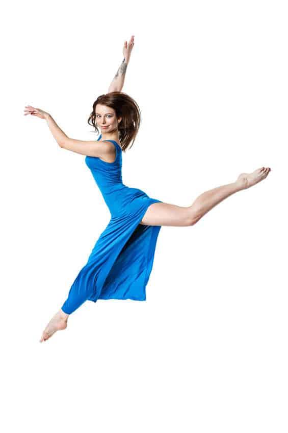 Modern jazz sprong van een meisje in een blauwe jurk