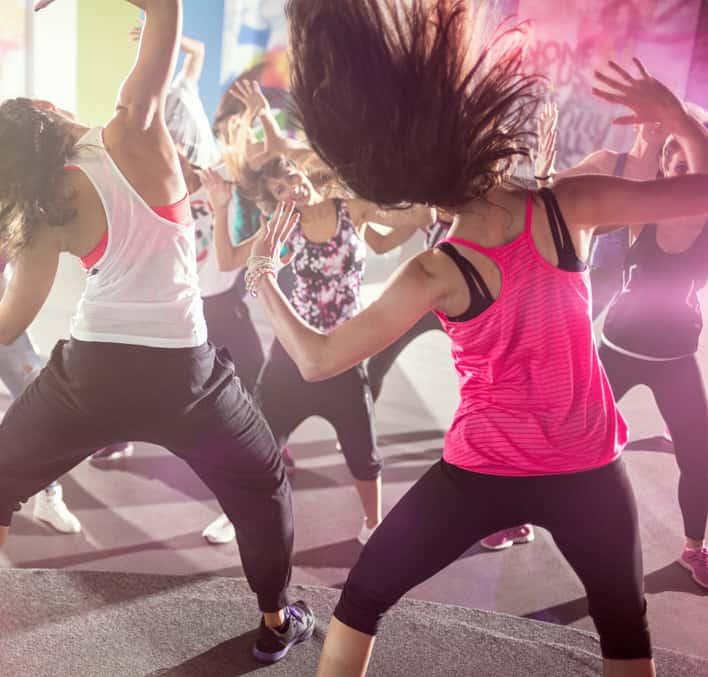 Twee dansende salsation dames met springend haar